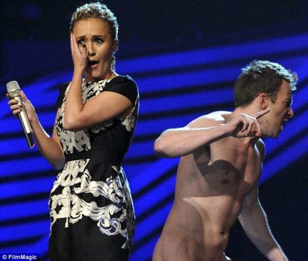 Hayden Panettiere condivide il palco con un uomo nudo